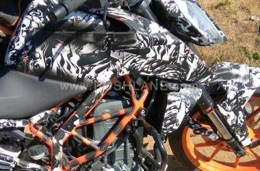 2017 KTM Duke 390 Testing With Michelin Tyres & Saree Guard