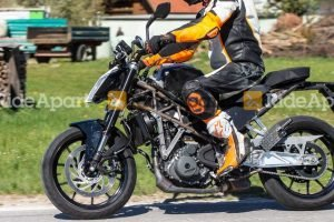 KTM Duke 390 vs Yamaha RD350 Shootout