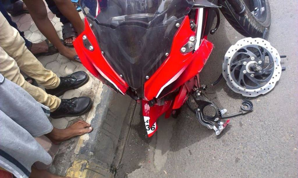 Pulsar RS 200 Alloy Crack