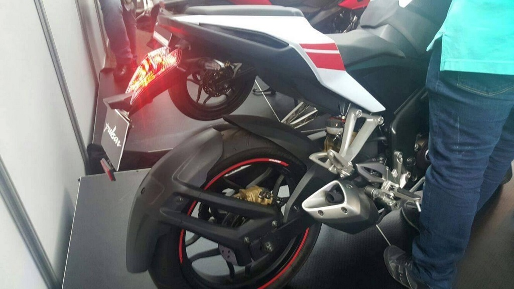 Pulsar RS 200 White Red Rear